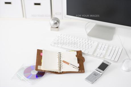 オフィスのデスクイメージ FYI00913819