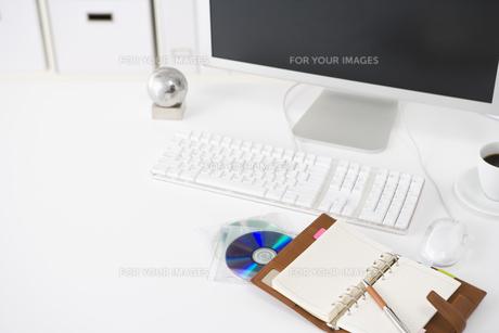 オフィスのデスクイメージ FYI00913841