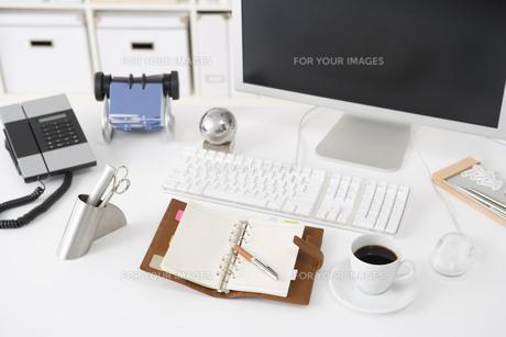 オフィスのデスクイメージ FYI00913842