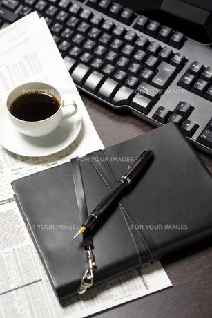 オフィスのデスクイメージ FYI00913871