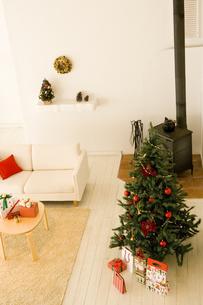 クリスマスシーズンのリビング FYI00914753