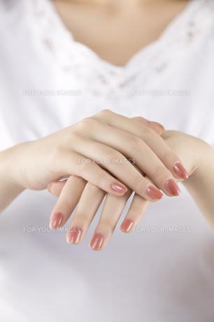 女性の手 FYI00915362