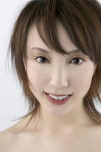 笑顔の女性 FYI00915673