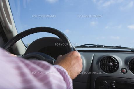 運転をするビジネスマンの手元 FYI00915987