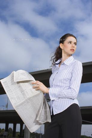 新聞を読むビジネスウーマン FYI00915996