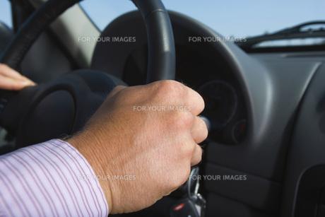 運転をするビジネスマンの手元 FYI00916024