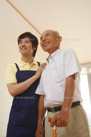 シニア男性と介護士 FYI00916283