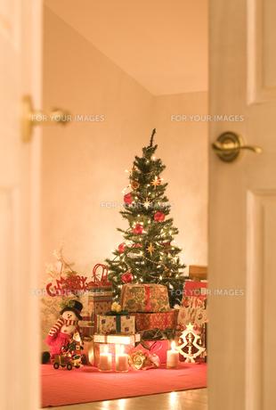 部屋の中のクリスマスツリーとプレゼント FYI00916456