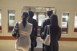 電車に乗り込む人々 FYI00916478