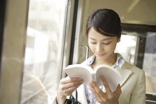 電車内で本を読んでいる女性 FYI00916543
