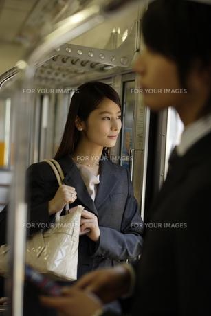 電車内から外の風景を見るOL FYI00916565