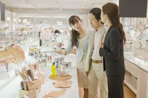 化粧品店で買い物をする夫婦 FYI00916727