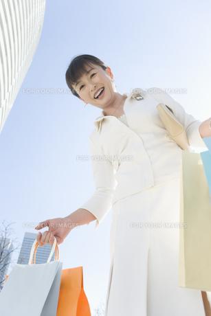 ショッピングバッグを沢山持つ女性 FYI00916830