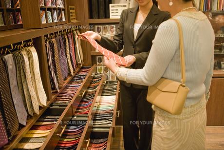ネクタイを選ぶ女性と店員 FYI00916859