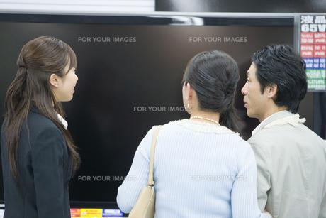 テレビを選ぶ夫婦と店員 FYI00916868