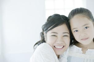 笑顔の母と娘 FYI00917684