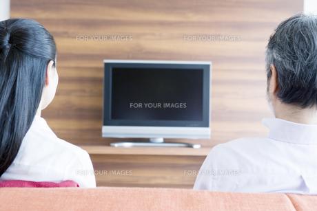 テレビモニターを眺める夫婦 FYI00917748