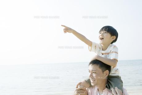 父親の肩車の上で遠くを指差す息子 FYI00917893