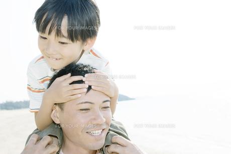 父親の肩車に乗る息子 FYI00917898