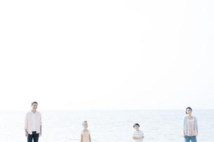 海辺に佇むファミリー FYI00917965