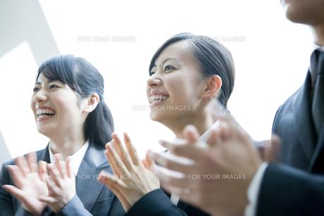 拍手をするビジネスウーマンたち FYI00917973