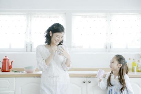 マグカップを手に持つ母と娘 FYI00918002