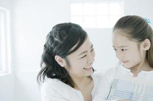 笑顔の母と娘 FYI00918017