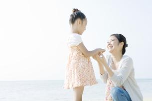 手を取り合う母と娘 FYI00918041