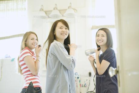 身支度をする3人の女性 FYI00918362