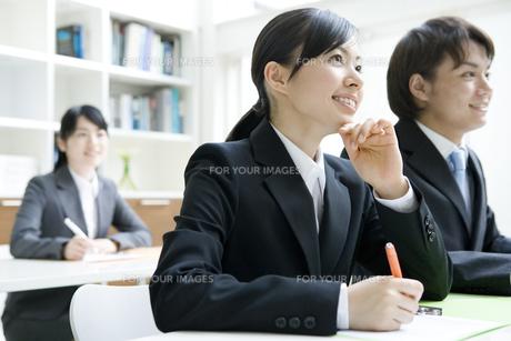 研修を受ける男女の新入社員 FYI00918421