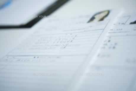机の上に置かれた履歴書 FYI00918539