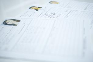 机の上に置かれた履歴書 FYI00918555