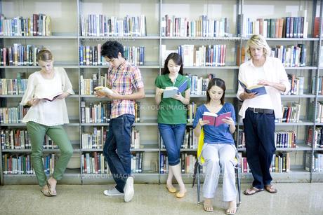 図書室で本を読む学生たち FYI00918932