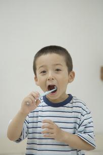 歯磨きをする男の子 FYI00919215