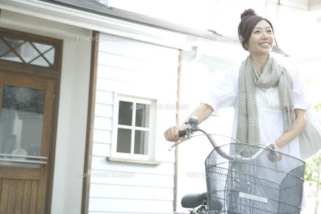 自転車をおす女性 FYI00919263