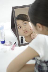 鏡を見る女の子 FYI00919270