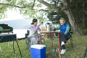 キャンプをするシニア夫婦 FYI00919307