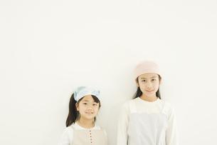 壁際に立つ日本人の女の子2人 FYI00920056