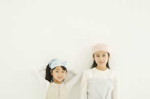 壁際に立つ日本人の女の子2人 FYI00920102