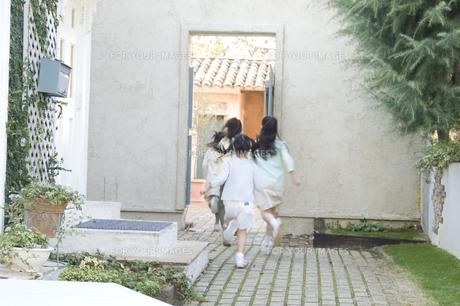 屋外で遊ぶ日本人の女の子達 FYI00920140