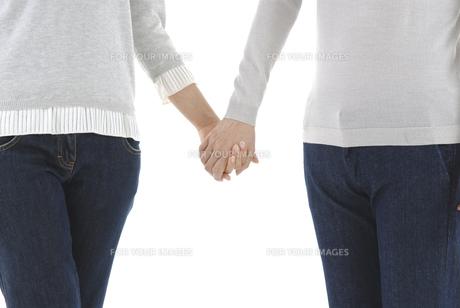 手を繋ぐ母と娘 FYI00920381