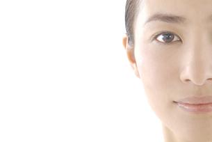 20代日本人女性のフェイスアップビューティーイメージ FYI00920406