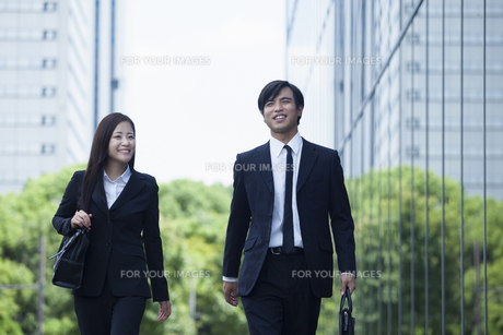 若い会社員の男女 FYI00921861