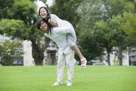 若い男女のカップル FYI00921912