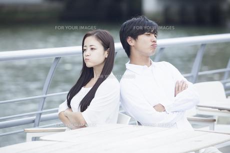 若い男女のカップル FYI00921954