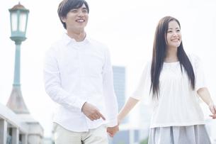 若い男女のカップル FYI00921960
