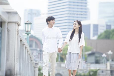 若い男女のカップル FYI00921998