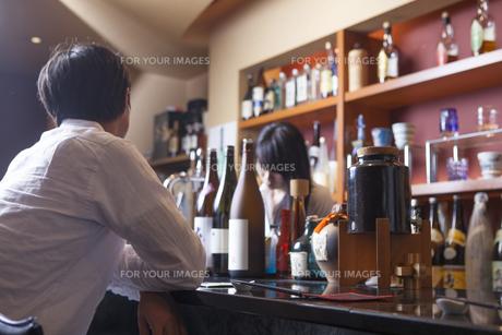 バーに来た若い男性 FYI00922033