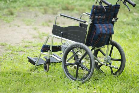 公園に置かれた車いすの素材 [FYI00922352]
