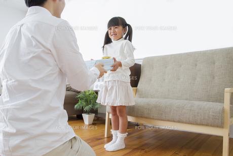 プレゼントをする女の子 FYI00922375